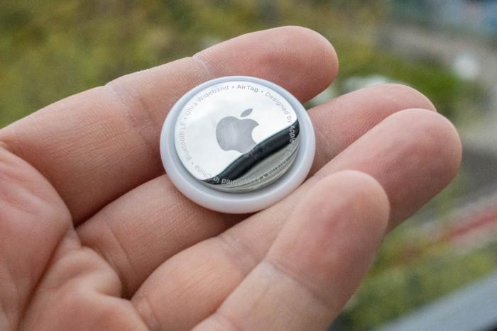 Apples Airtag lässt sich aufgrund seiner Größe leicht in Taschen verstauen. (Bild: Tobias Költzsch/Golem.de)
