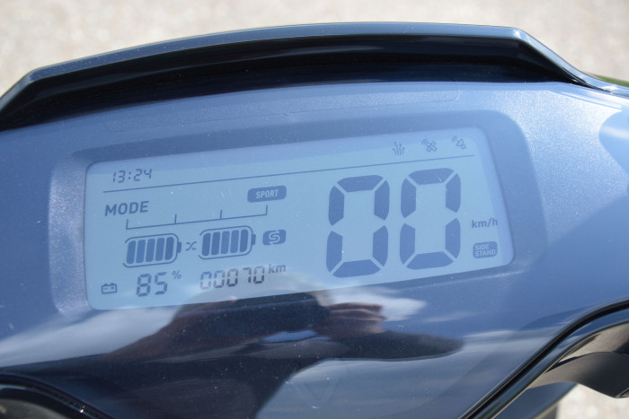 Die Fahrdaten und andere Informationen werden in einem fast lenkerbreiten LC-Display angezeigt, darunter auch der Akkustand. (Foto: Peter Ilg)