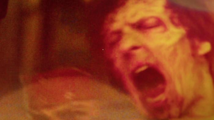 Ein Dead Pixel zeigt sich von Zombie und Mündungsfeuer unbeeindruckt. (Foto: Golem.de/Film: Army of the Dead - Netflix)