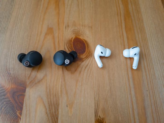 Links Sonys WF-1000XM4, rechts Apples Airpods Pro (Bild: Ingo Pakalski/Golem.de)