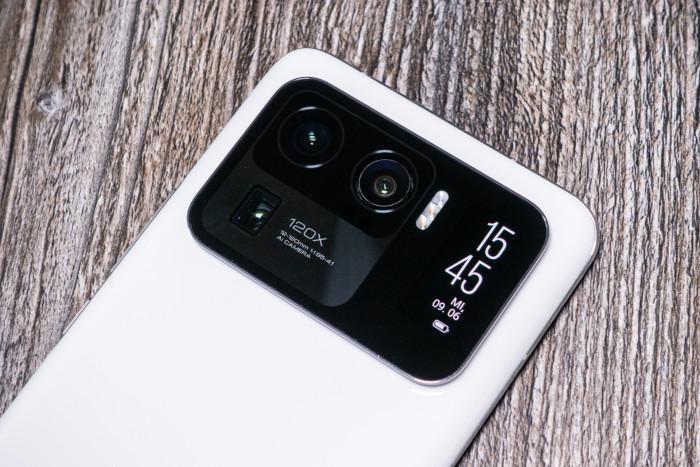 Das Mi 11 Ultra von Xiaomi hat ein großes Kameramodul mit eingebautem zweiten Display. (Bild: Tobias Költzsch/Golem.de)