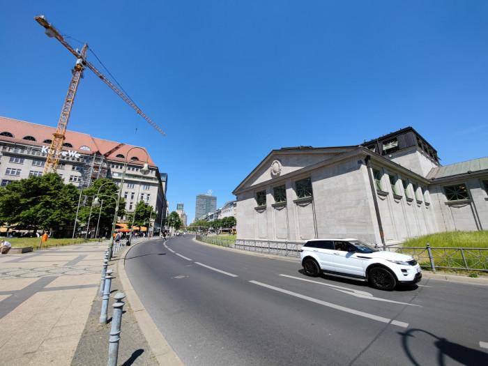 Die Superweitwinkelkamera mit 48 Megapixeln hat einen hohen Bildwinkel, dadurch kommt es aber zu relativ sichtbaren Verzerrungen. (Bild: Tobias Költzsch/Golem.de)