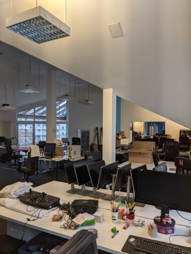 Während der Lockdowns sahen die Büros so aus, mittlerweile füllen sie sich langsam wieder. (Bild: Saftladen)