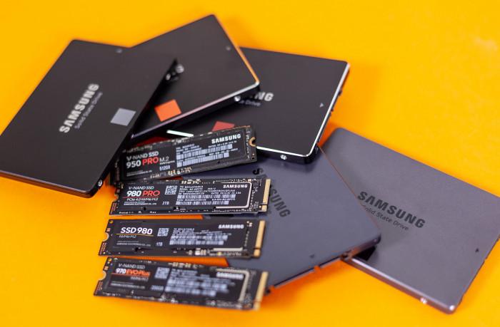 Ein Stapel mit Samsung-SSDs (Bild: Martin Wolf/Golem.de)