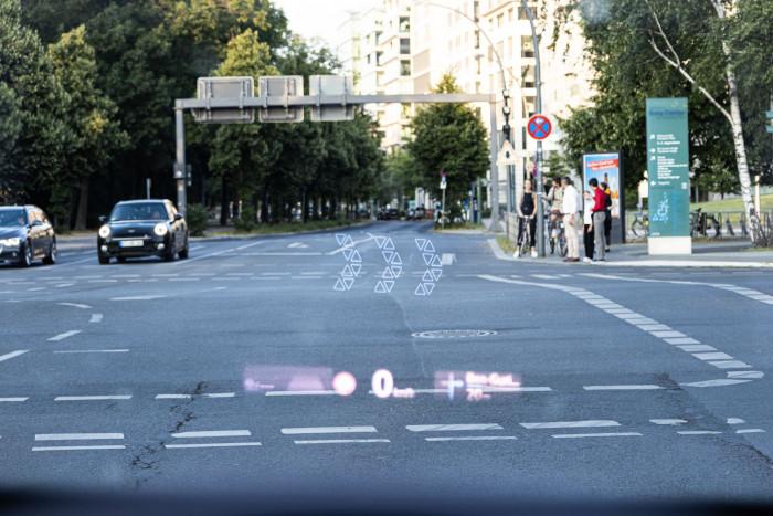 Sehr gut gefallen haben uns die Assistenzsysteme wie das AR-Head-up-Display. (Bild: Werner Pluta/Golem.de)