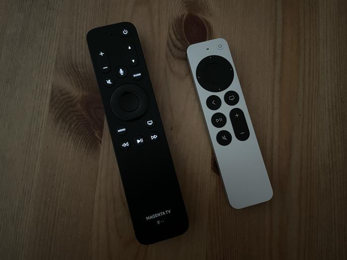 Bei dunkler Umgebung sind die beleuchteten Tasten der Magenta-TV-Fernbedienung besser zu erkennen als die Tasten auf der Siri-Fernbedienung. (Bild: Ingo Pakalski/Golem.de)