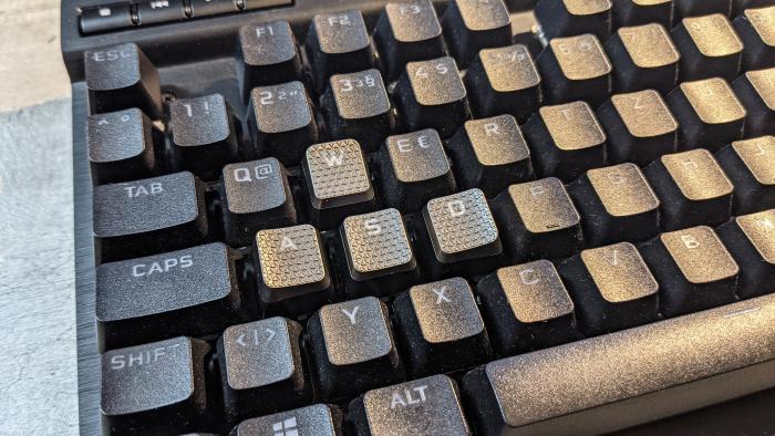 Die Zusatzkeys passen also gut auf die Tastatur. (Bild: Oliver Nickel/Golem.de)