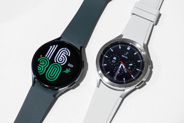 Links die Galaxy Watch 4, rechts die Galaxy Watch 4 Classic (Bild: Tobias Költzsch/Golem.de)