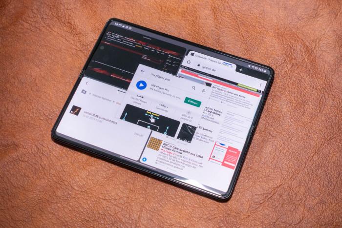 Über die Leiste können wir Apps in den Bildschirm ziehen und bis zu vier Anwendunge parallel laufen lassen. (Bild: Tobias Költzsch/Golem.de)