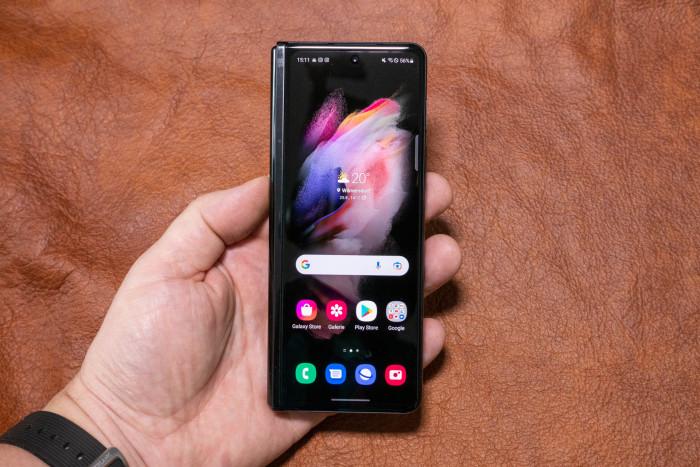 Der Außenbildschirm ist schmaler als gewohnt, erlaubt aber die volle Kontrolle über das Smartphone. (Bild: Tobias Költzsch/Golem.de)