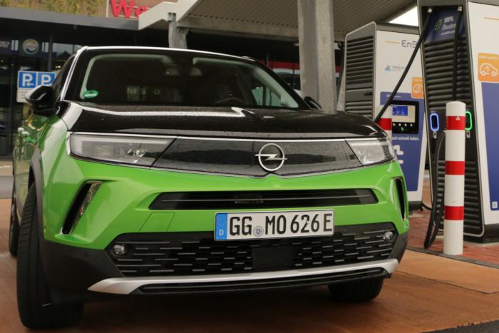 Das Kompakt -SUV Mokka-e ist das erste Modell mit dem neuen Opel Vizor, an der Frontpartie, der wohl an einen Visierschlitz erinnern soll. (Foto: Friedhelm Greis/Golem.de)