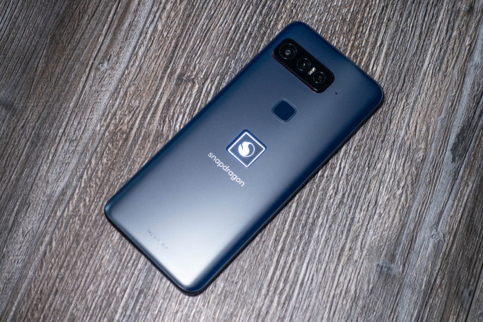 Das Snapdragon-Smartphone von Qualcomm und Asus hat ein leuchtendes Snapdragon-Logo auf der Rückseite. (Bild: Tobias Költzsch/Golem.de)