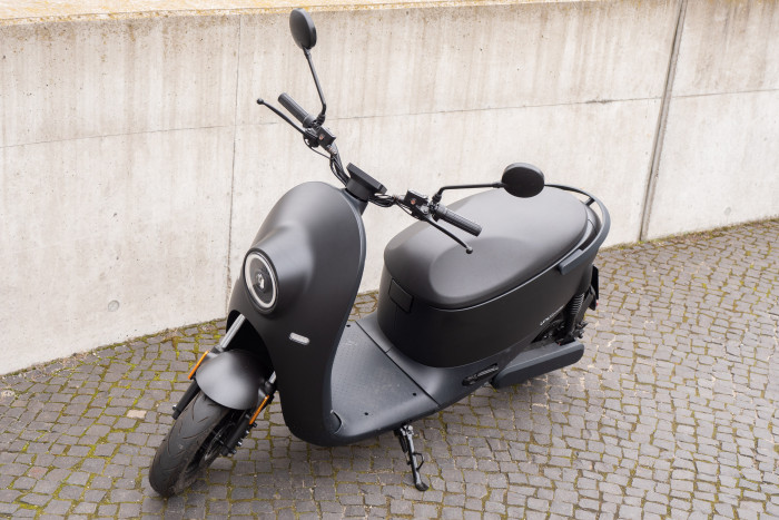 Der Unu Scooter hat keine nennenswerten Ecken oder Kanten, das Design ist insgesamt sehr rund. (Bild: Martin Wolf/Golem.de)