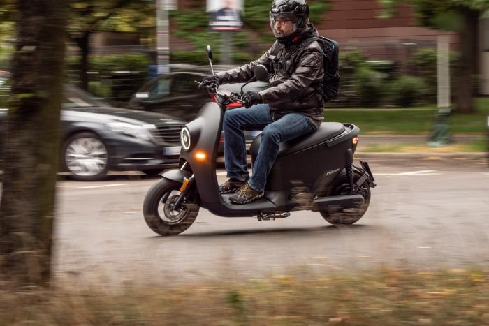 Der Unu Scooter lässt sich dank guter Motorleistung zügig fahren. (Bild: Martin Wolf/Golem.de)