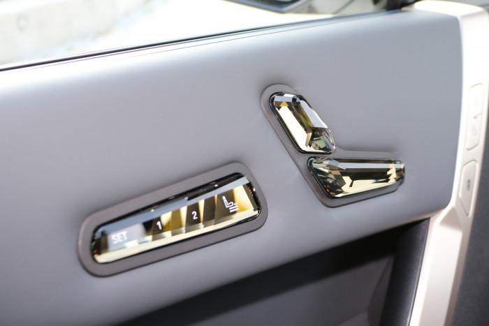 Die Bedienelemente aus geschliffenem Glas können den Fahrer unangenehm blenden. (Foto: Friedhelm Greis/Golem.de)