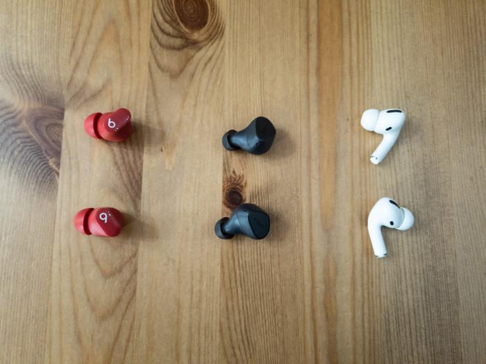 Links Studio Buds, in der Mitte Elite 3, rechts Airpods Pro (Bild: Ingo Pakalski/Golem.de)