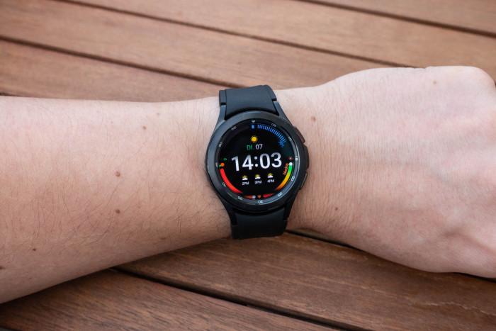 Die Galaxy Watch 4 Classic mit 42 mm großem Gehäuse (Bild: Tobias Költzsch/Golem.de)