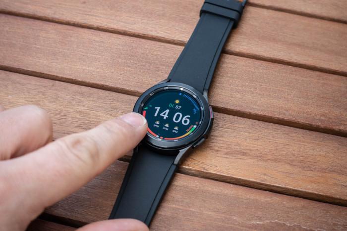 Die drehbare Lünette ist im Alltag wie gewohnt eine gute Alternative zur Eingabe über den Touchscreen. (Bild: Tobias Költzsch/Golem.de)