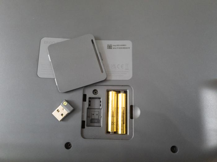 Das Batteriefach der K860 hat Platz für das Bolt-Dongle. (Bild: Ingo Pakalski/Golem.de)