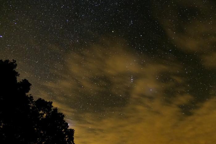 Das erste Bild mit überraschend vielen Sternen (Bild: Mario Keller)