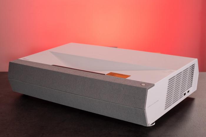 Der Optoma CinemaX P2 hat Stereo-Lautsprecher hinter der Frontblende. (Bild: Martin Wolf / Golem.de)
