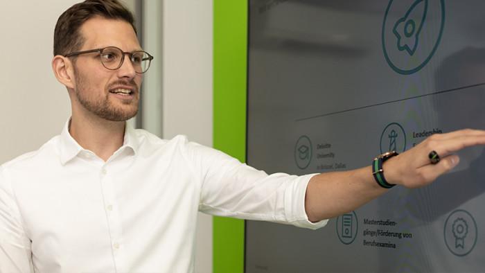 Brainstorming im Besprechungsraum im Düsseldorfer Büro (Foto: Deloitte aufgenommen vor Ausbruch der Pandemie)