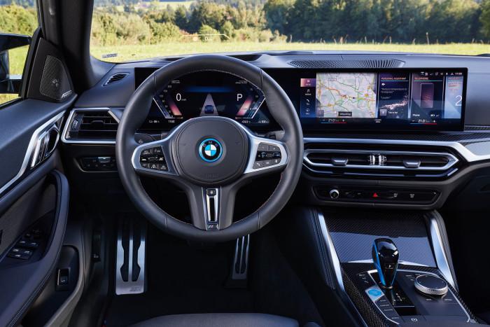 Das Fahrzeuginnere ähnelt stark der Verbrennerversion. (Foto: BMW)