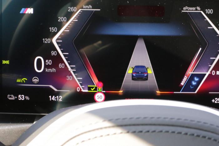 Der BMW i4 kann seine Geschwindigkeit den erkannten Ampelphasen anpassen. (Foto: Friedhelm Greis)