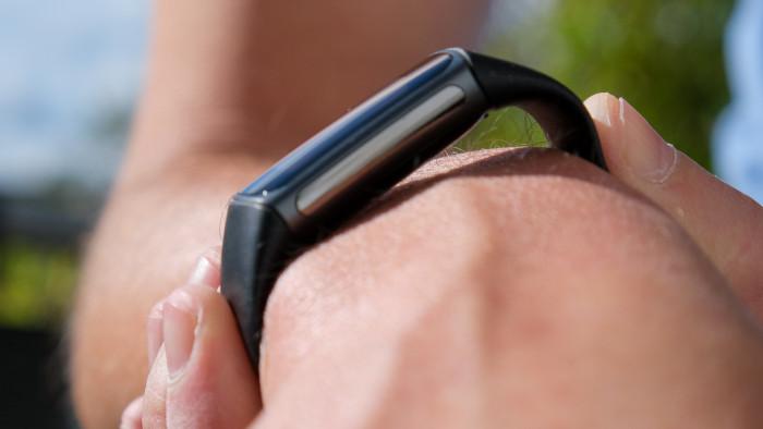 Nur so findet die Fitbit Charge 5 ein GPS-Signal - so wollen wir aber nicht laufen und radfahren. (P. Steinlechner / Golem.de)
