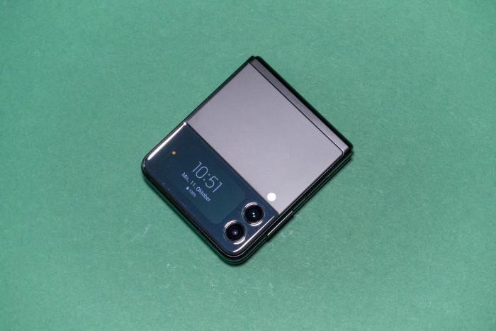 Das Galaxy Z Flip 3 von Samsung ist wie seine Vorgänger zusammengeklappt äußerst kompakt - das Außendisplay ist größer. (Bild: Tobias Költzsch/Golem.de)