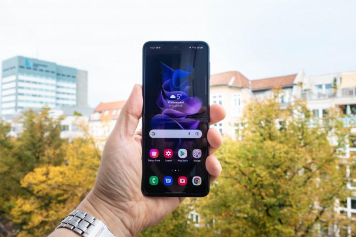 Das aufgeklappte Galaxy Z Flip 3 (Bild: Tobias Költzsch/Golem.de)