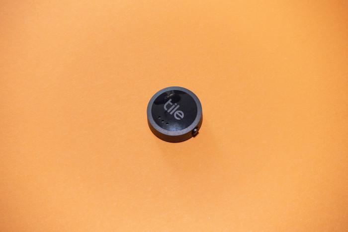 Der Tile Sticker ist der kleinste Tracker, er lässt sich mit einer Klebefolie aufkleben. (Bild: Tobias Költzsch/Golem.de)