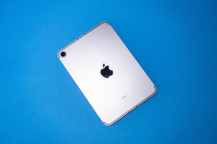 Apple hat beim iPad Mini 2021 das Design der teureren iPad-Modelle übernommen. (Bild: Tobias Költzsch/Golem.de)