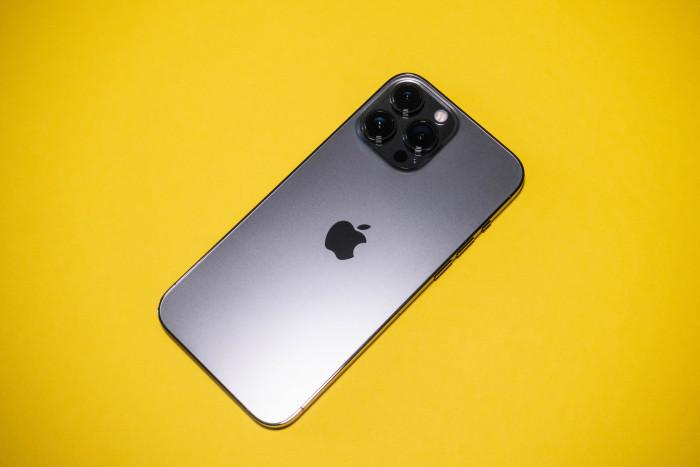 Das iPhone 13 Pro Max sieht auf den ersten Blick aus wie sein Vorgänger. (Bild: Tobias Költzsch/Golem.de)